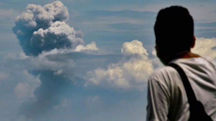 O vulcão Krakatoa, na Indonésia, expeliu cinzas novamente em 11 de abril de 2020 — Foto: GETTY IMAGES
