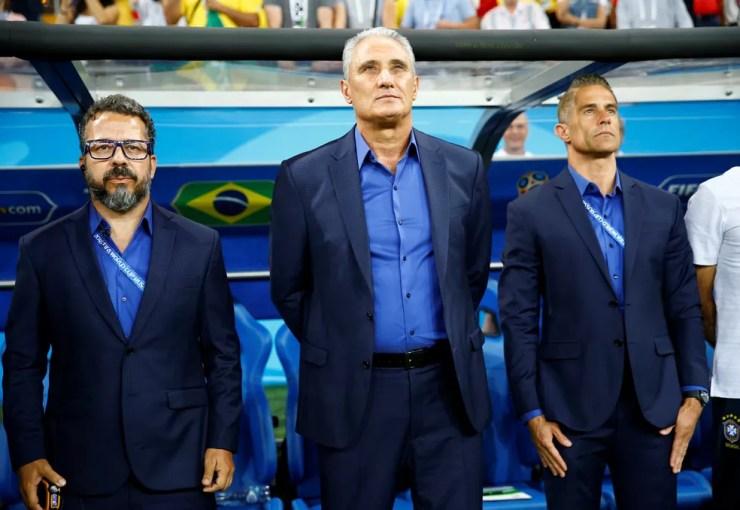Carlos Eduardo Mansur vê Sylvinho (à direita) com o perfil de se tornar o próximo brasileiro treinando numa grande liga da Europa (Foto: Reuters)