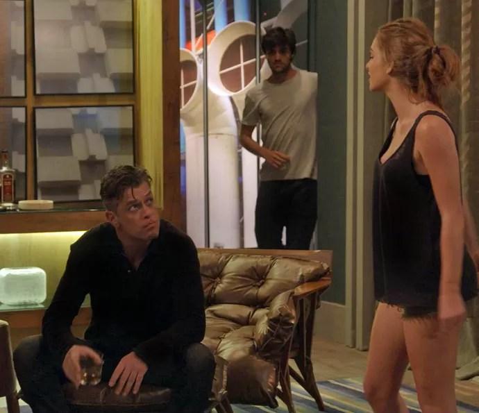 Jonatas tenta se esconder de Arthur enquanto Eliza distrai o dono do agência (Foto: TV Globo)