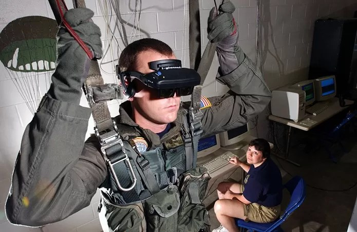 Soldado norte-americano em treinamento simulado de salto de paraquedas (Foto: Reprodução / Wikipédia)