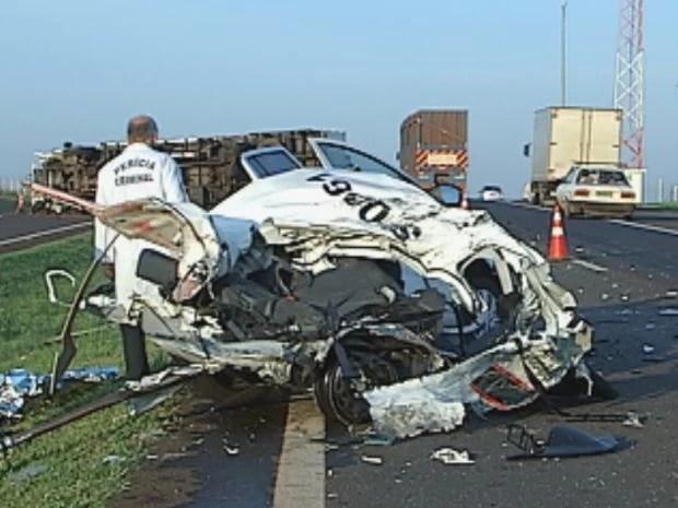 Carro da Polícia Científica ficou totalmente destruído  (Foto: reprodução/TV Tem)