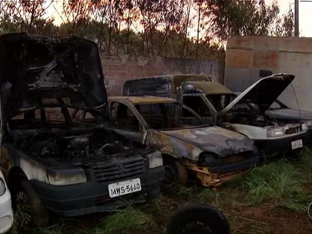 Um total de 12 carros ficou destruído (Foto: Reprodução/TV Anhanguera)