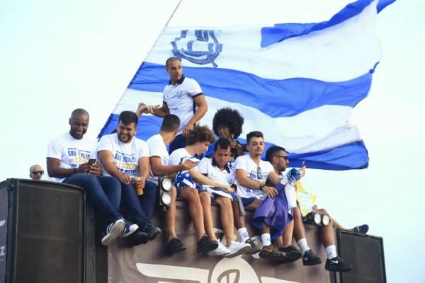 Jogadores do CSA sobem no trio elétrico — Foto: Ailton Cruz/Gazeta de Alagoas