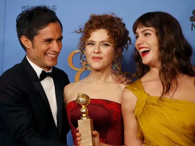 Gael García Bernal, Bernadette Peters e Lola Kirke recebem o Globo de Ouro de melhor série de comédia ou musical por 'Mozart in the jungle' (Foto: REUTERS/Lucy Nicholson)