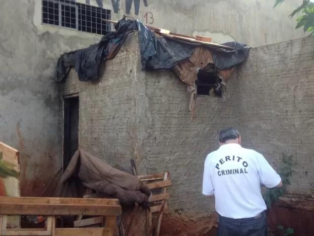 Menina de 8 anos morava em banheiro de construção em Campo Grande (Foto: Graziela Rezende/ G1 MS)
