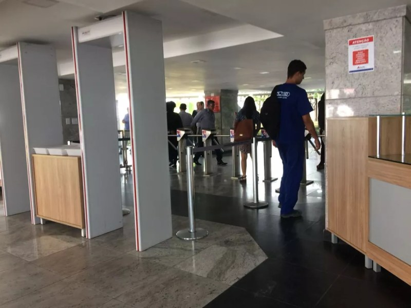 Apenas funcionários tiveram acesso liberado para entrar nos prédios na Alba (Foto: G1/BA)