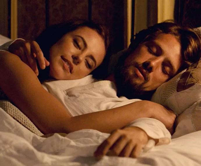 Melissa passa a noite ao lado de Felipe, sem que ele perceba (Foto: TV Globo)