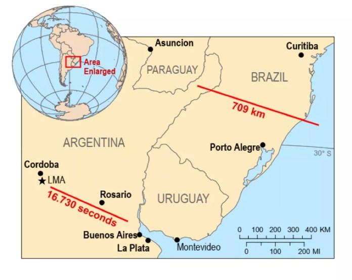 Infográfico da OMM mostra a distância percorrida pelo maior raio do mundo, que cortou o Sul do Brasil em outubro de 2018; registro de raio com brilho mais longo foi na Argentina, em março de 2019: durou 16,730 segundos — Foto: Divulgação/OMM