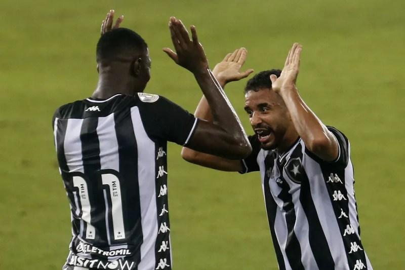 Matheus Babi comemora a assistência para o gol de Caio Alexandre, o segundo do Botafogo contra o Atlético-MG — Foto: Vitor Silva/Botafogo