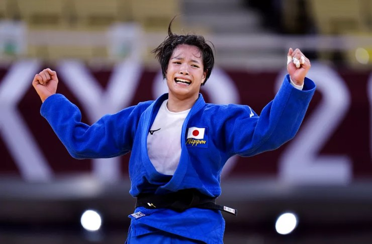 Uta Abe comemora a medalha de ouro no peso-meio-leve feminino — Foto: Danny Lawson/PA Images via Getty Images