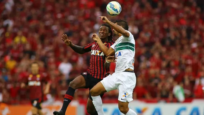 douglas coutinho atlético-pr atletiba (Foto: Giuliano Gomes/PR Press)