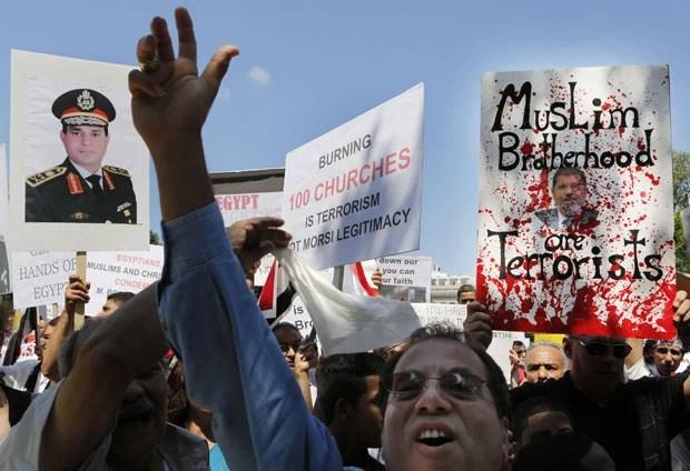 Egípcios fazem protestos pelo fim da violência no país, nesta quinta-feira (22), em frente à Casa Branca, em Washington (Foto: AFP)