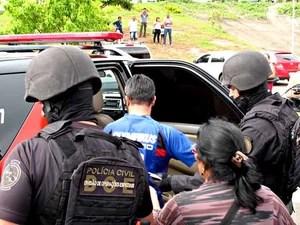 Homem que foi feito refém (de azul) deixa hospital do Paranoá em carro da Polícia Civil (Foto: Lucas Nanini/G1)