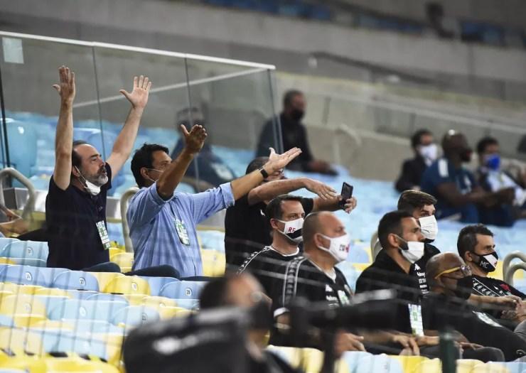 Carlos Roberto Osório e Roberto Duque Estrada abrem os braços e reclamam da arbitragem — Foto: André Durão