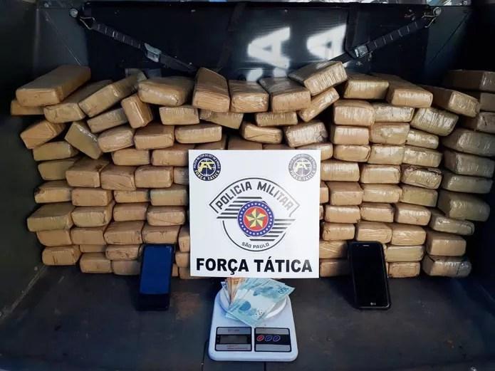 Mais de 100 tabletes de maconha foram apreendidos — Foto: Polícia Militar