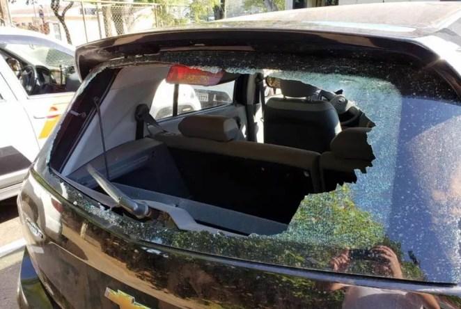 Vidro de carro atingido por tiros durante a madrugada — Foto: A Cidade ON/São Carlos