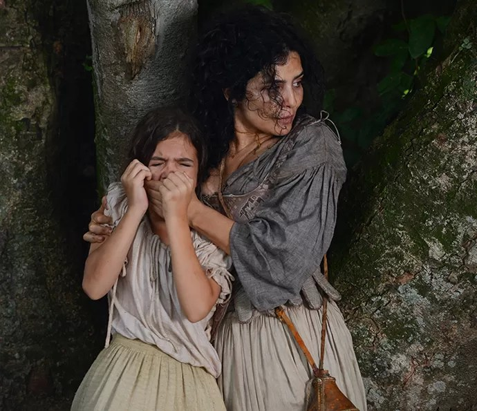 Joaquina grita o pai quando o vê sendo levado preso, e Antônia, sua mãe, abafa a voz da filha com a mão (Foto: Pedro Carrilho / Gshow)