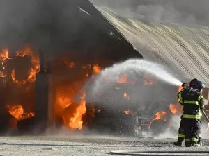 Bombeiros combatem chamas em fogo em galpão de Lorena/SP (Foto: Thiago Leon/ THX)