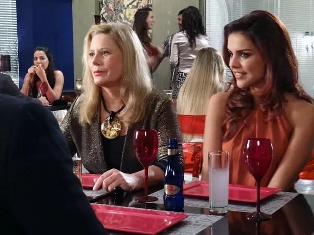 Rosângela joga charme para o produtor durante jantar (Foto: Salve Jorge/TV Globo)