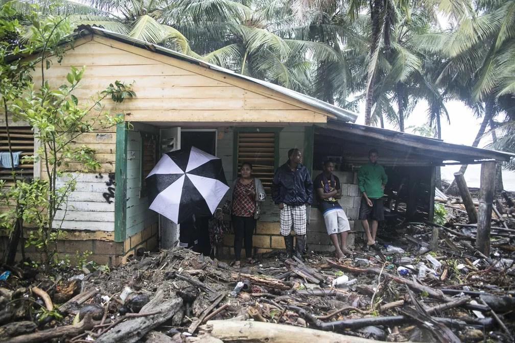 Casa é vista cercada por detritos trazidos pelo furacão Irma, em Nagua, na República Dominicana (Foto: Tatiana Fernandez/AP)