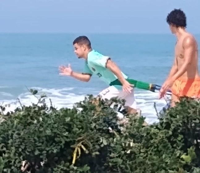Na mira do Inter após romper com Fluminense, Miguel mantém forma na praia enquanto aguarda futuro — Foto: Reprodução