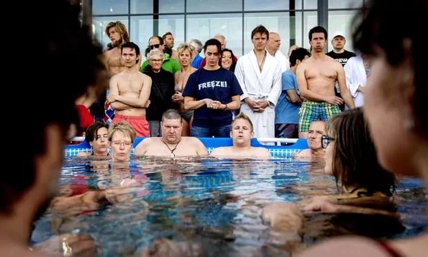 Holandeses tentaram recorde de banho mais longo em piscina com gelo (Foto: Koen van Weel/ANP/AFP)