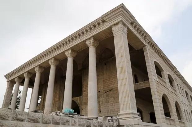 Casa imita templo grego em Miziara (Foto: Aziz Taher/Reuters)