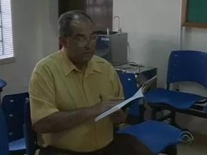Aposentado lê trecho de livro no posto de saúde (Foto: Reprodução/RBS TV)