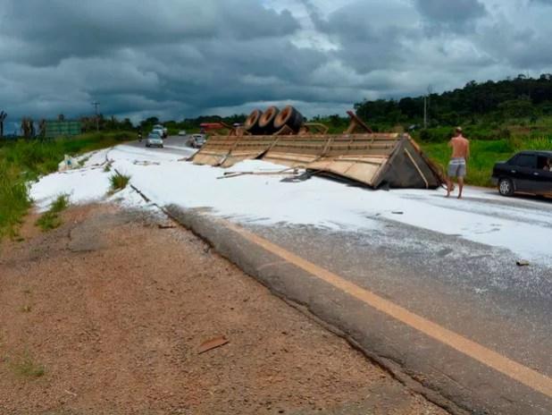 Carga de ureia de carreta tomba na BR-364 durante curva em Alto Paraíso (Foto: Jeferson Carlos/G1)