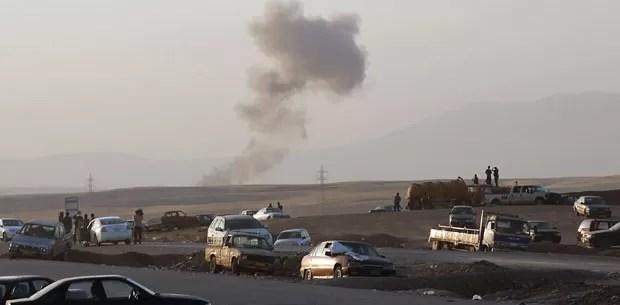 Fumaça sobe ao longe após ataques aéreos nos arredores de Irbil, no norte do Iraque, nesta sexta-feira (8). A força aérea iraquiana, assim como os EUA, bombardearam áreas controladas pelo Estado Islâmico (Foto: Khalid Mohammed/AP)