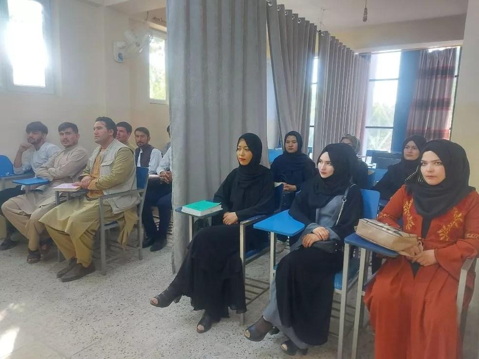 Alunos da Universidade Avicenna, em Cabul, em imagem divulgada em redes sociais — Foto: Reprodução/Via Reuters