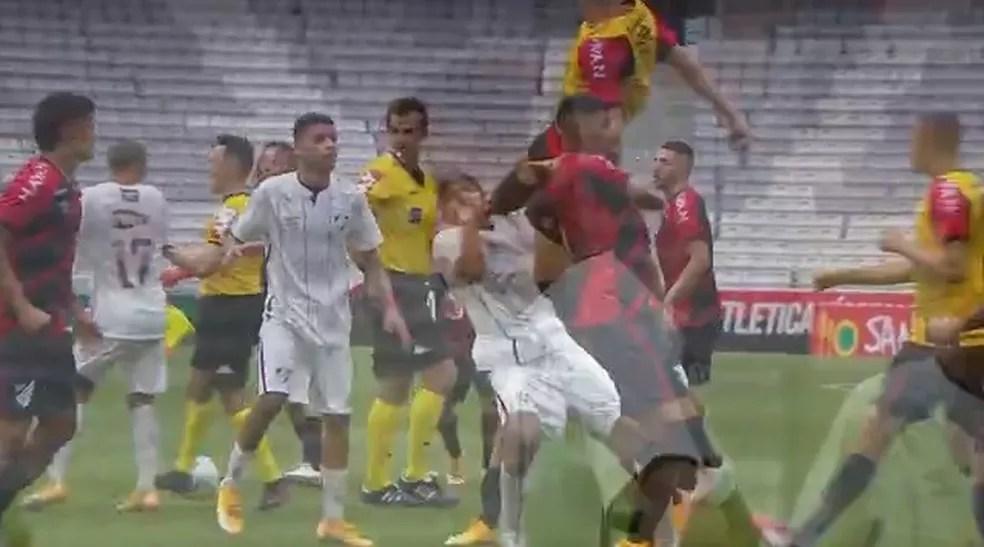 João Neto, do Fluminense, leva voadora no rosto de João Gabriel, do Athletico-PR — Foto: Reprodução