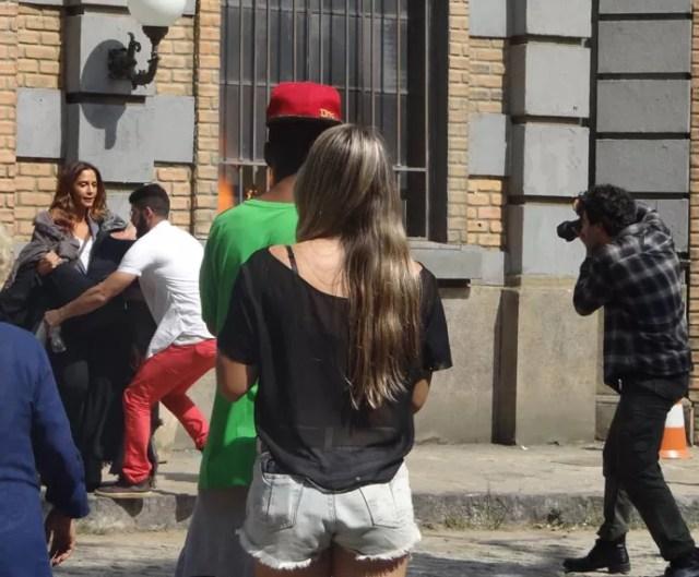 Caio registra a morena salvando a modelo (Foto: Paula Paiva/Gshow)