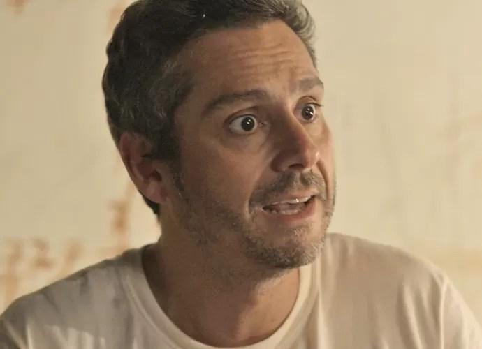 Romero tenta convencer Kiki a se voltar contra a facção (Foto: TV Globo)