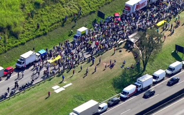 Manifestantes ocupam pistas da Rodovia Anchieta (Foto: TV Globo/Reprodução)