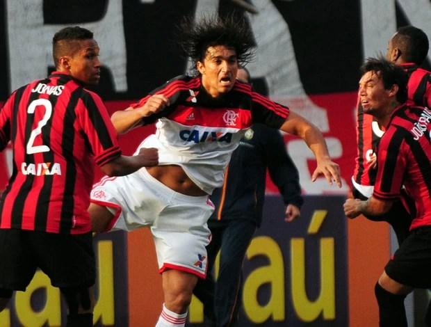 Moreno e Jonas, Atlético-PR x Flamengo (Foto: Petra Mafalda/Agência Estado)