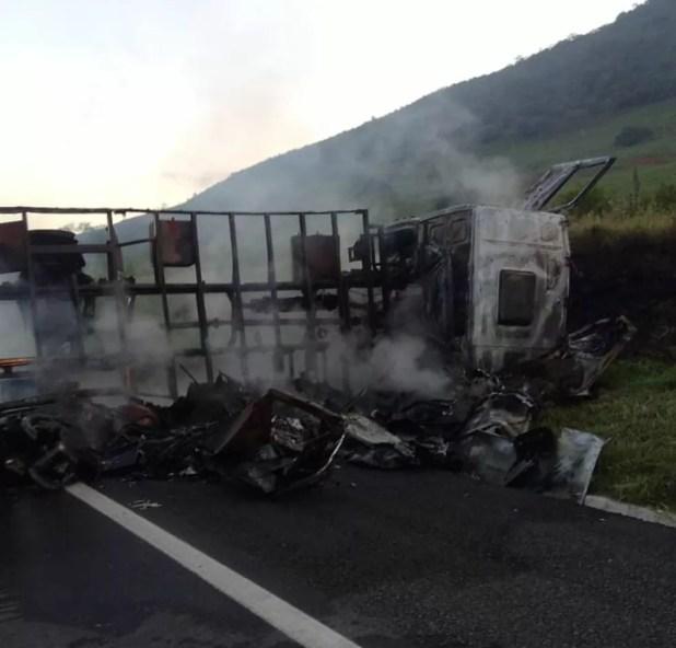 Caminhão pegou fogo após batida — Foto: Vitória da Conquista Notícias
