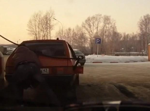Homem arrastou carro com as mãos ao ver que estava longe demais da bomba de combustível (Foto: Reprodução/YouTube/Portreem)