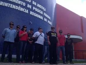 Servidores se concentraram na sede da Polícia Federal em Teresina (Foto: Gilcilene Araújo/G1)