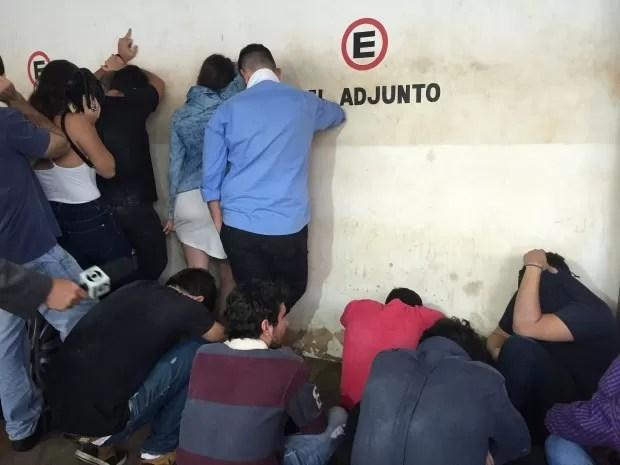 Universitários foram presos após festa com som alto (Foto: Gabriela Pavão/ G1 MS)