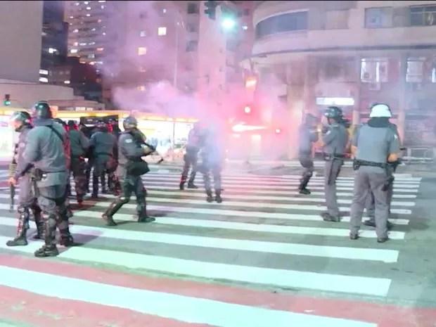 Polícia Militar joga bombas de gás lacrimogêneo para dispersar manifestação na Rua da Consolação (Foto: GloboNews/Reprodução)