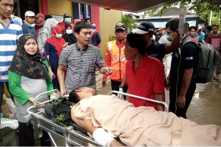 Vítimas de tsunami são atendidas em hospital de Carita, região atingida pelas ondas gigantes, na noite deste sábado (22), na Indonésia  — Foto: Semi / AFP