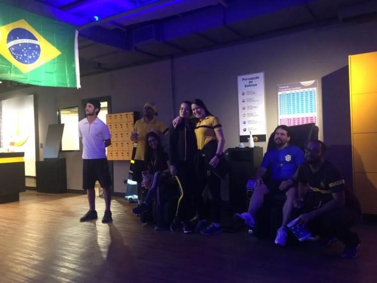 Funcionários de uma academia em Montes Claros acompanharam ao duelo do Brasil na Copa (Foto: Juliana Gorayeb/G1)