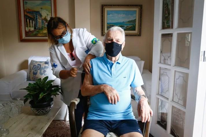Ator Orlando Drummond recebe a segunda dose da vacina no Rio — Foto: Divulgação/SMS