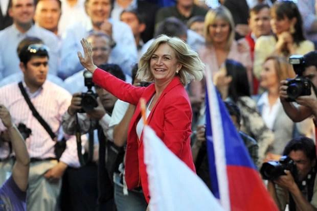 A candidata governista Evelyn Matthei durante comício nesta quinta-feira (12) em Temuco, no Chile (Foto: AFP)