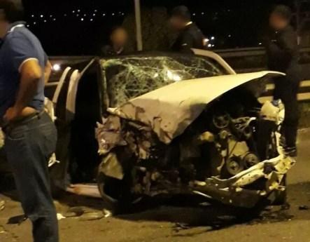 Carro ficou destruído após acidente em Gravatá (Foto: Divulgação/PRF)