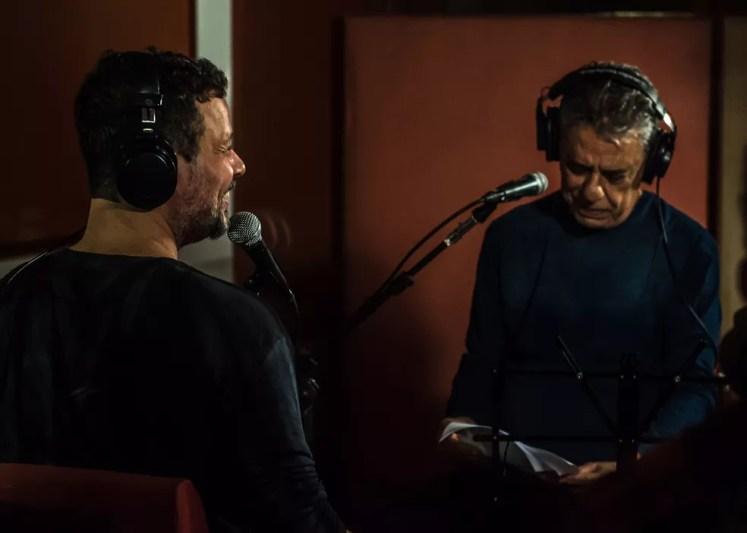Moyseis Marques e Chico Buarque na regravação de 'Subúrbio' em dueto (Foto: Divulgação / Elena Moccagatta)