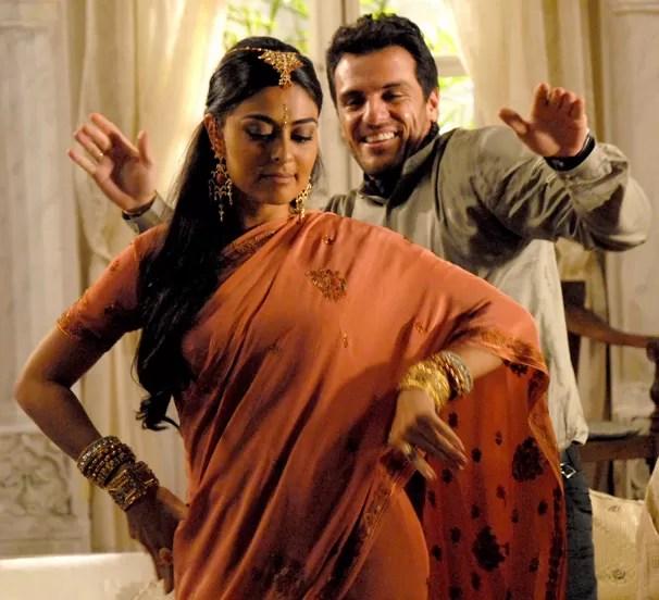 Os jovens indianos Maya (Juliana Paes) e Raj (Rodrigo Lombardi) se apaixonam em Caminho das Índias  (Foto: CEDOC Globo)