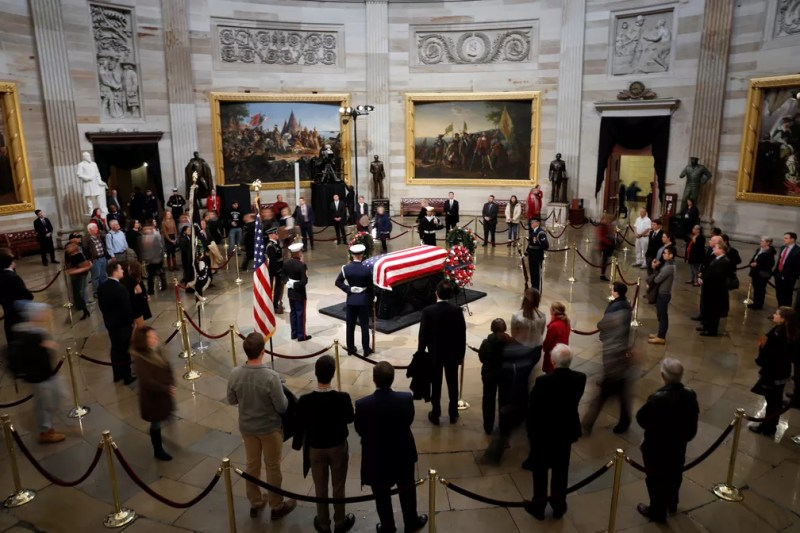 Público vela corpo do ex-presidente George H.W. Bush na rotunda do Capitólio nesta terça-feira (4) — Foto: Aaron P. Bernstein/Reuters