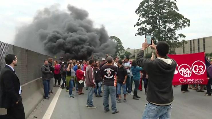 Manifestantes bloqueiam via Dutra (Foto: Reprodução/TV Globo)